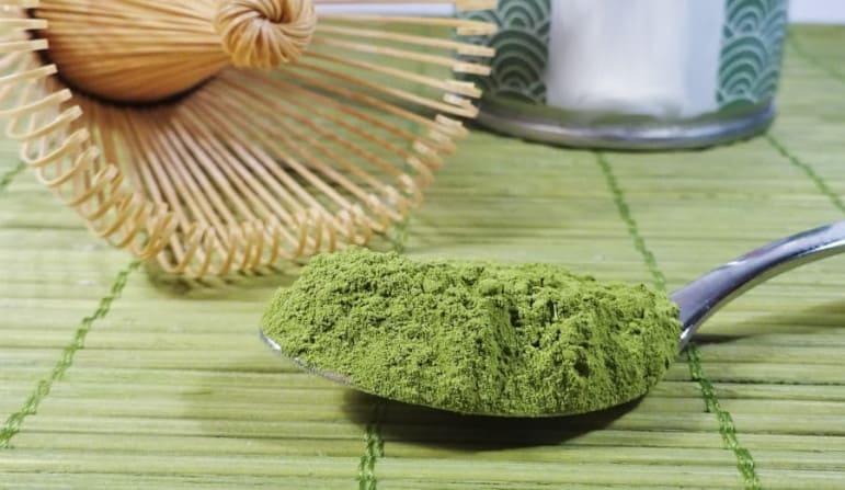 une cuillère de thé vert, outil naturel pour la santé des cheveux