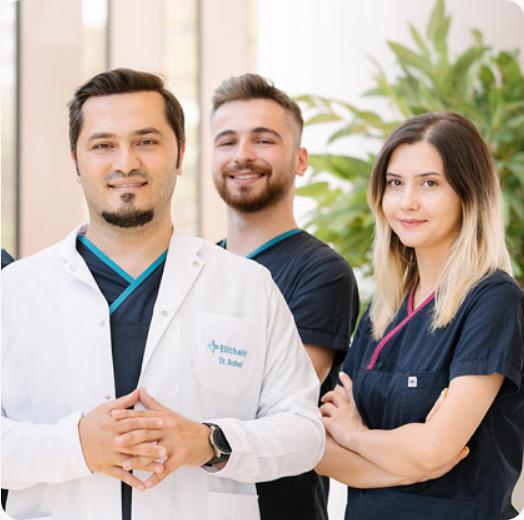 Portrait du Dr Balwi et de son équipe médicale dans le jardin de la clinique Elithair.