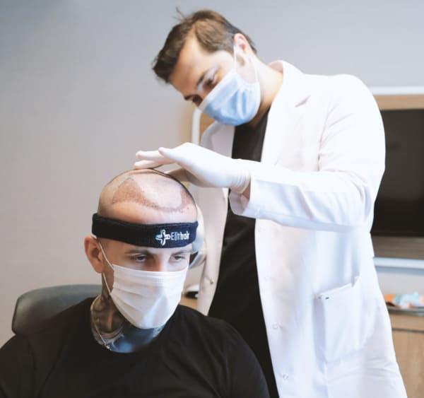 Dr. Balwi untersucht einen Patienten