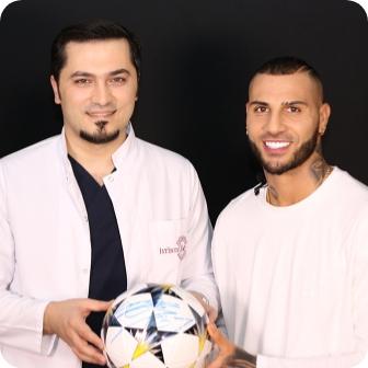 Dr. Balwi mit einem Fußball und Fußballprofi Ricardo Qaresma