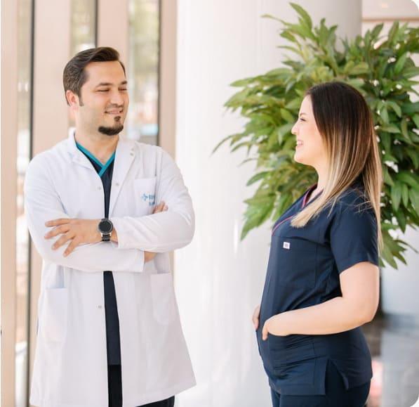 Haartransplantation in der Türkei - Dr. Balwi mit einer Ärztin