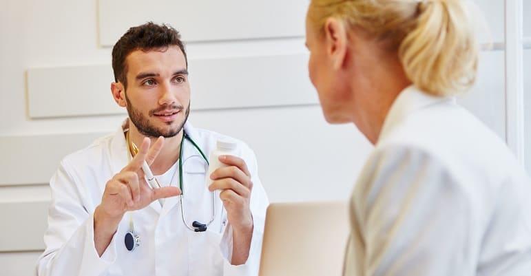 Hormonänderung fallen die Haare aus - Frau redet mit dem Arzt