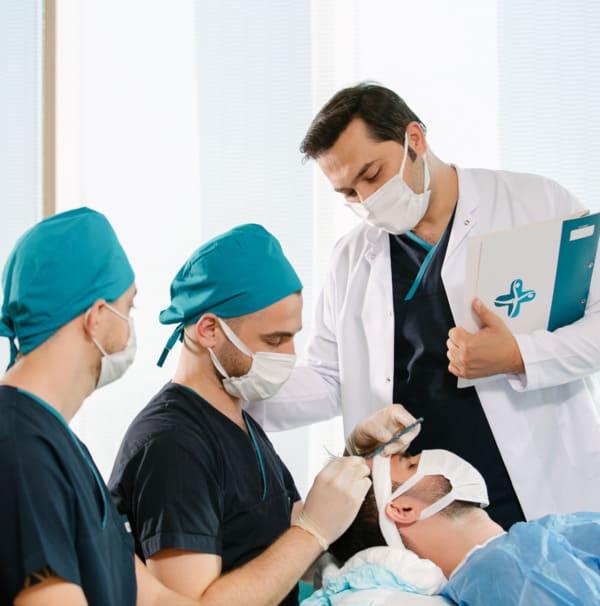 il dr Balwi e il suo team durante un'operazione di trapianto di capelli