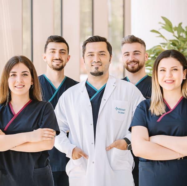 il dr Balwi e i membri del suo team di Elithair