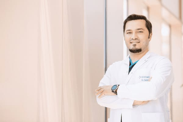 Il dr Balwi messo di lato che tiene le braccia conserte